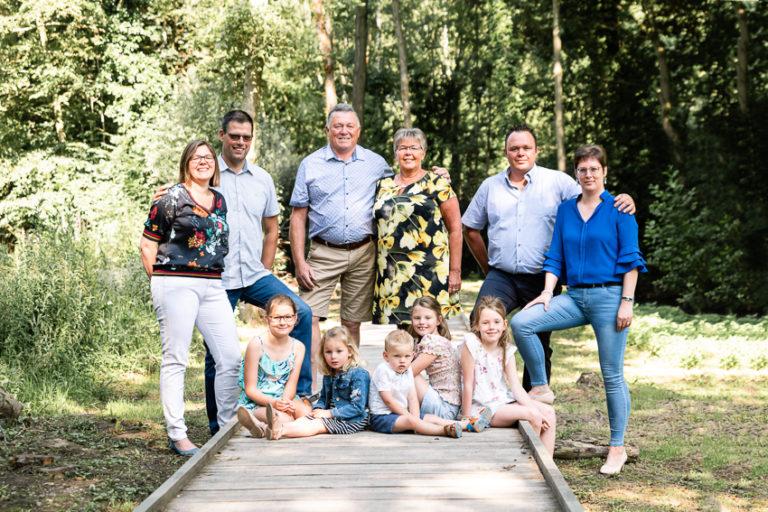 portretfoto van 3 gezinnen en kleinkinderen