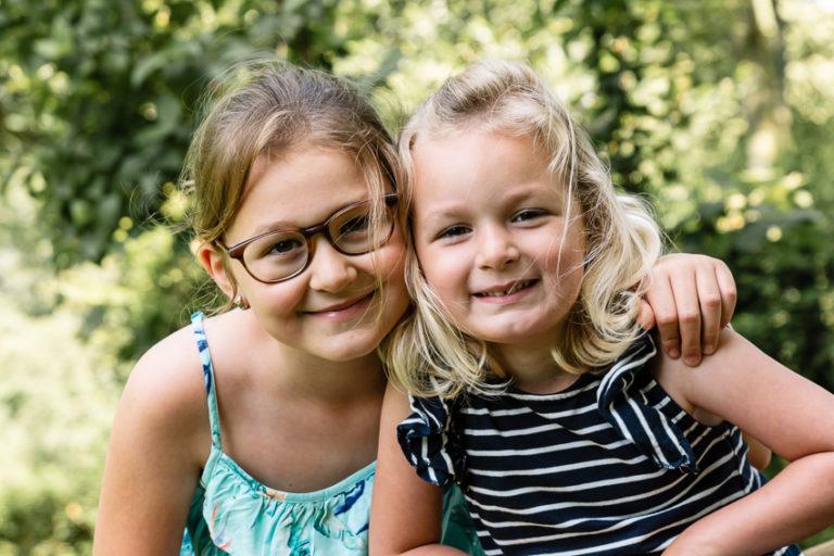 2 lachende dochtertjes