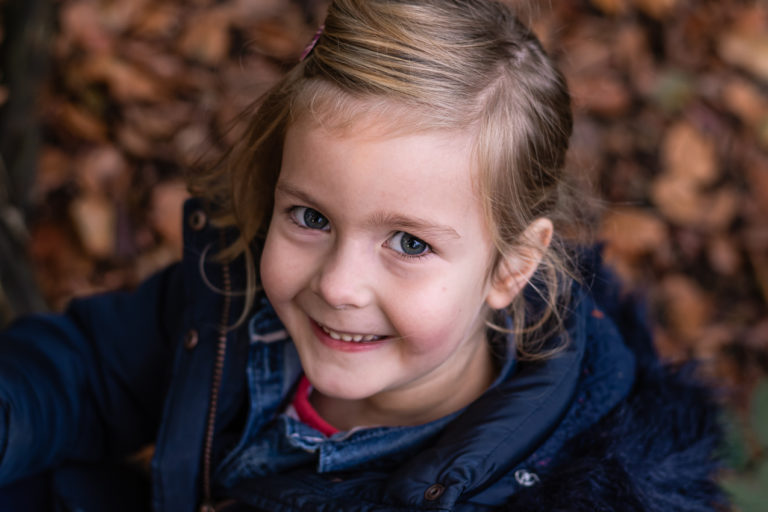 portret van een meisje in het bos