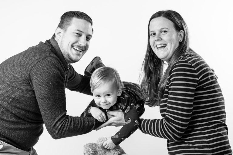 studiofotografie van gezin met 1 kindje