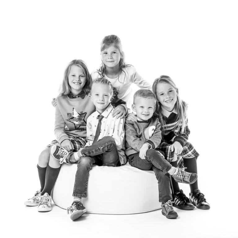 foto van een groep kinderen die familie zijn van elkaar